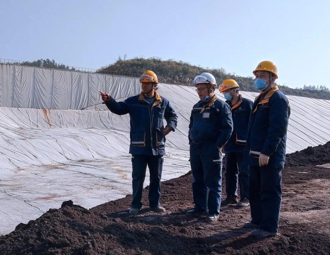 遵义铝业副总经理李其贵到氧化铝厂赤泥堆场检查指导工作