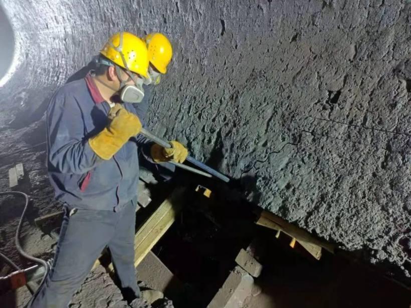 青海铜业熔炼车间阳极炉开展修补炉工作