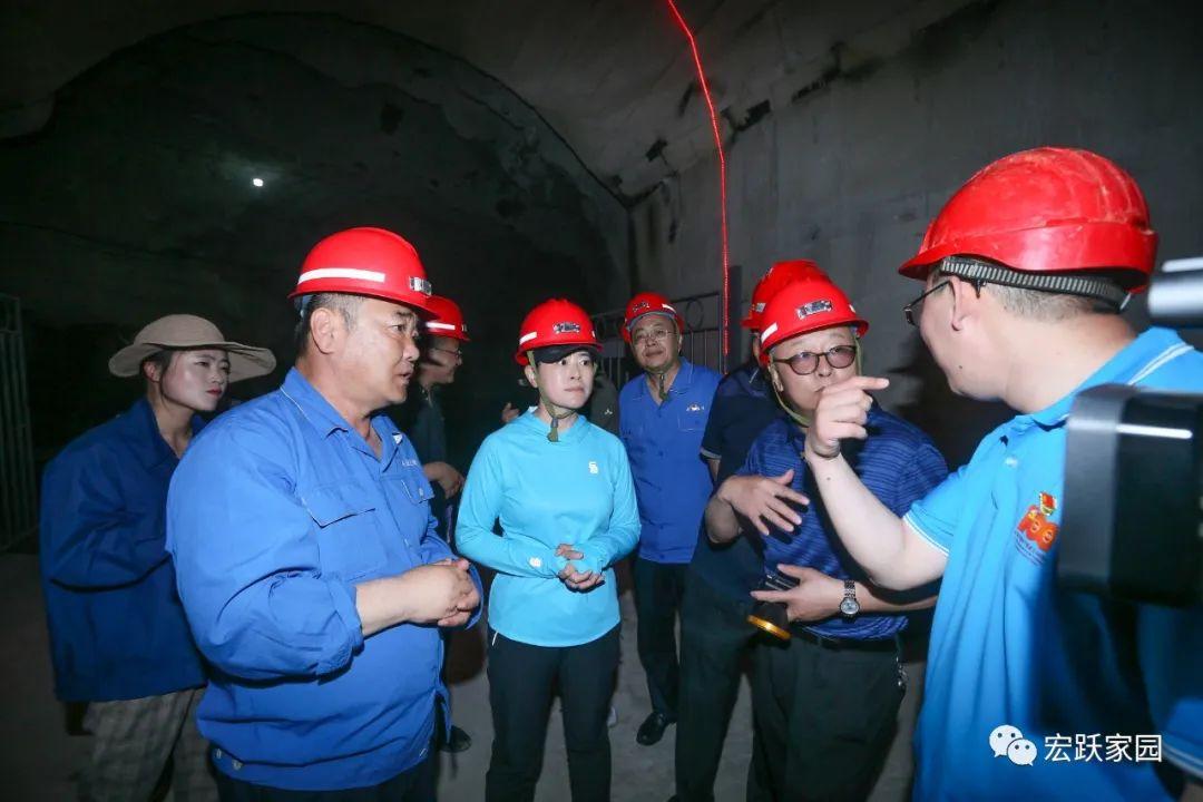 葫芦岛市委常委、常务副市长冯英一行到八家矿业公司 检查指导安全工作