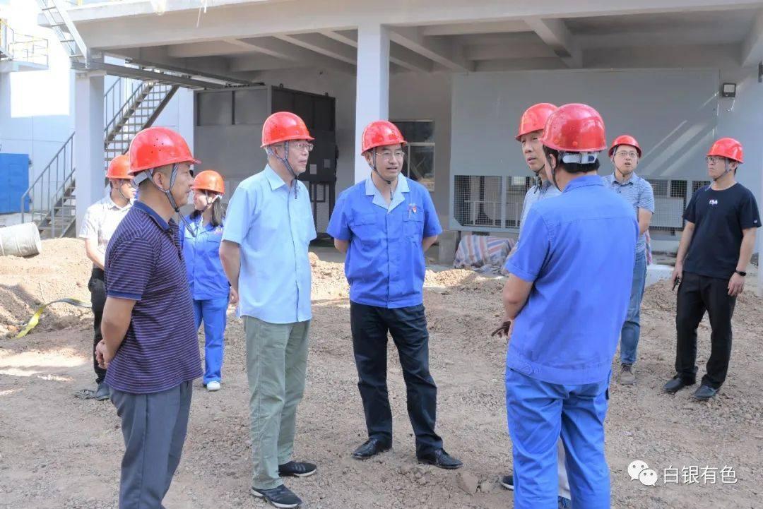 白银集团总经理王彬陪同中国恩菲专家到铅锌厂交流调研